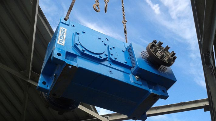 Réducteur industriel Flender installé sur site