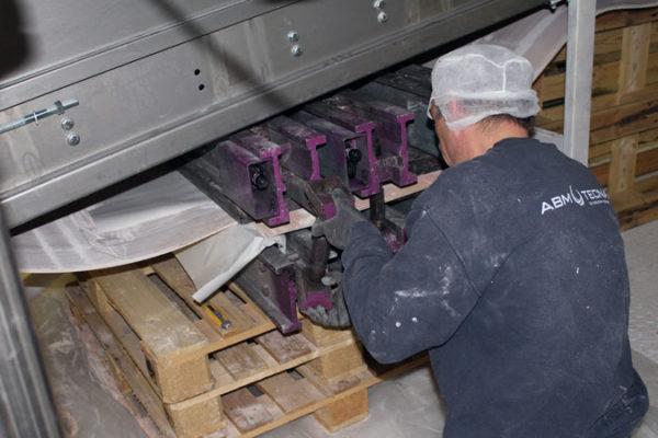 Vulcanisation avec de nouvelles presses d'une bande caoutchouc blanche (agroalimentaire)